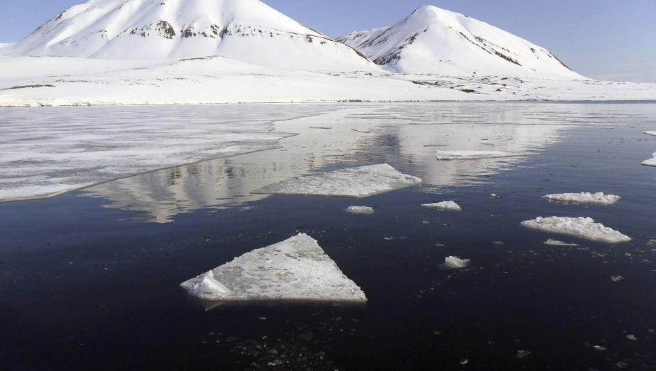 Der Isfjord bei Spitzbergen, Arktis: Unterm Eis lockt das Öl