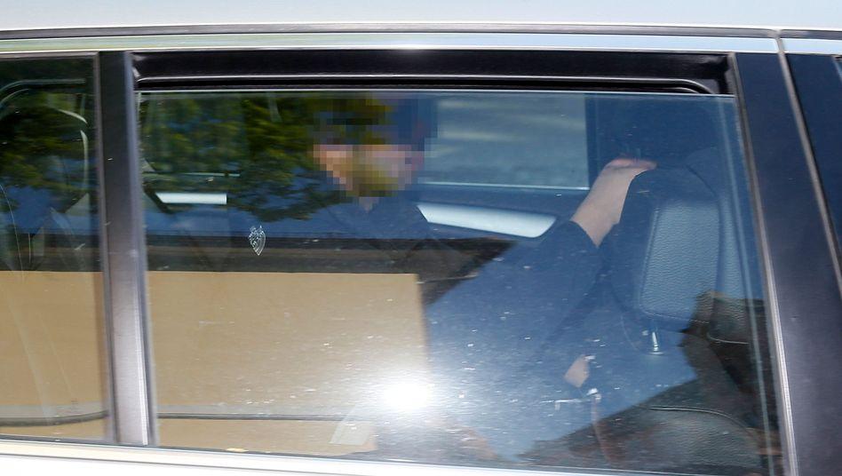 Sergej W. beim Abtransport im Polizeifahrzeug