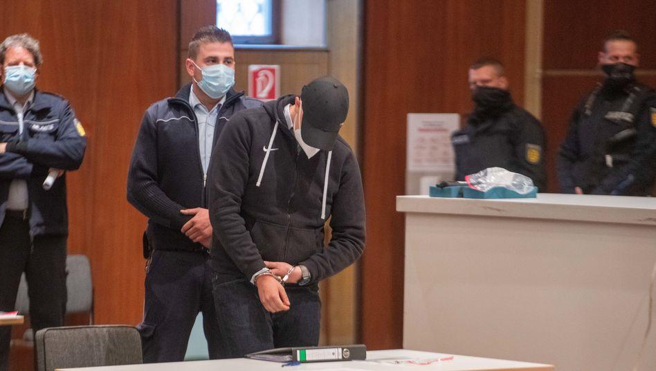 Einer der Angeklagten beim Prozessauftakt am 11. Mai: Die Verhandlung findet aufgrund der Coronakrise im Kornhaus in Ulm statt