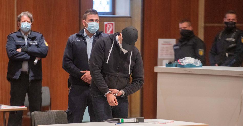 """Einer der Angeklagten beim Prozessauftakt am 11. Mai: """"Möglicherweise nur gemeinschaftlich begangene Nötigung"""""""
