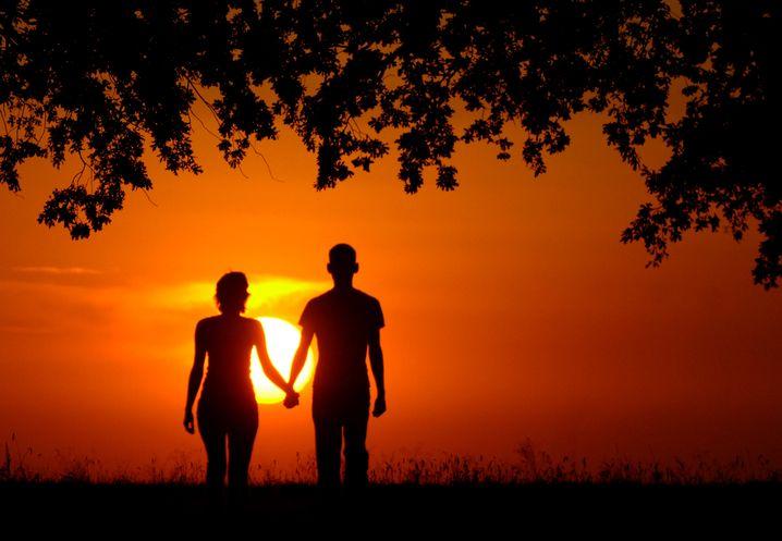 Romantik mit Sonnenuntergang: Was ist dran an den Frühlingsgefühlen?