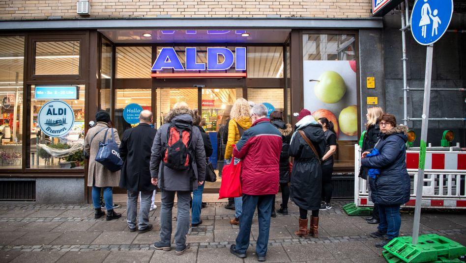 Schlangen vor einem Aldi-Supermarkt in Bremen (Archivbild): McDonald's-Mitarbeiter sollen bei dem Discounter aushelfen