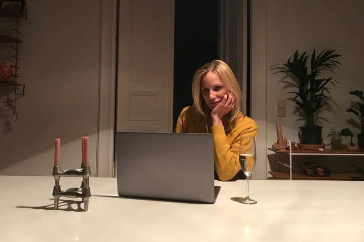 """Daten in Zeiten von Corona: Isabel Thierauch in einer Szene von """"Liebe. Jetzt"""""""