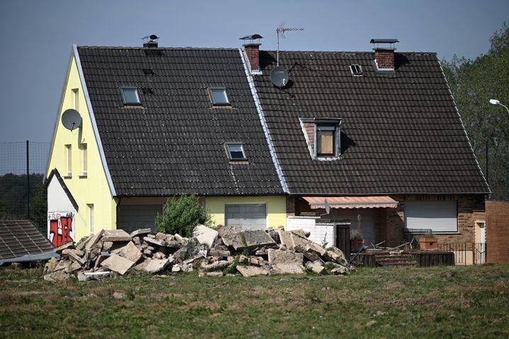 Als an einigen Häusern mit dem Abriss begonnen wurde, gab es Proteste von Aktivisten. Bis feststeht, was in Zukunft mit dem Dorf passieren soll, hat der Bürgermeister den Abriss gestoppt.