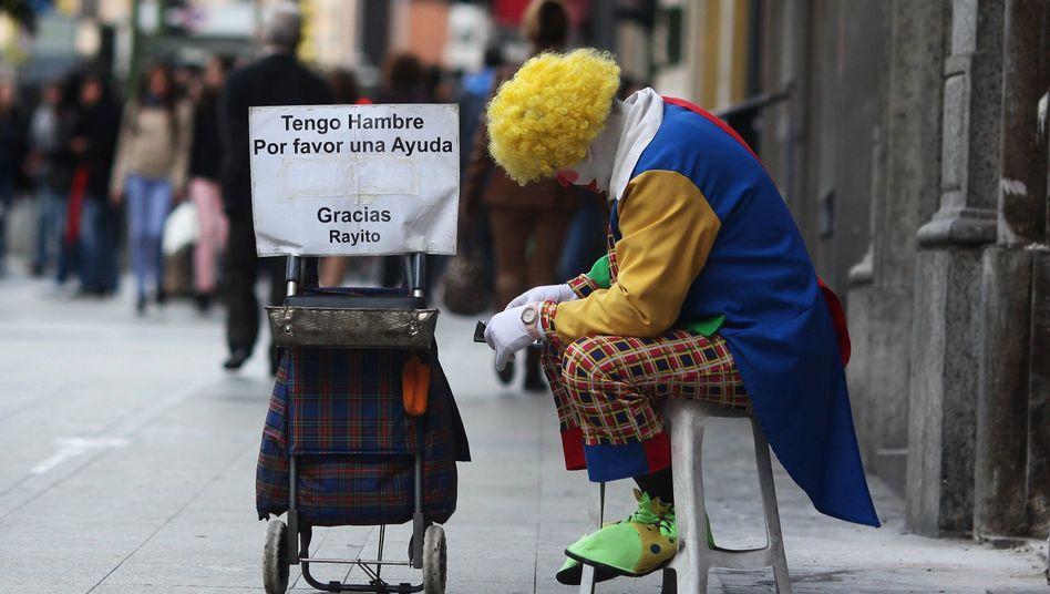 Als Clown verkleideter Bettler in Madrid: Spanien liegt im EU-Armutsvergleich vorn