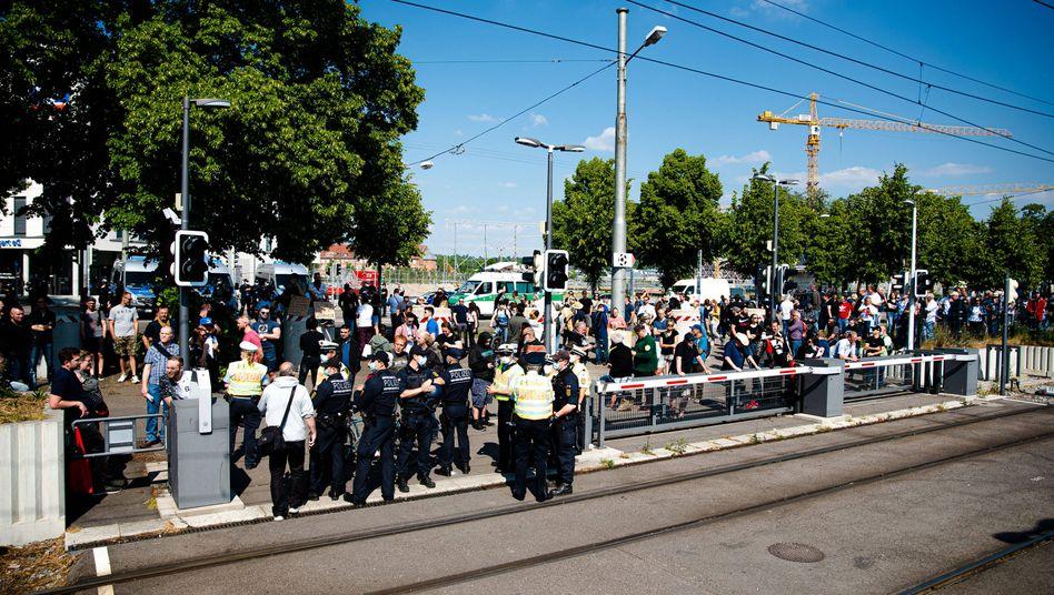 """""""Querdenker""""-Versammlung in Stuttgart: Polizei ermittelt im Fall einer Prügelattacke auf drei Männer, die zu der Demo wollten"""
