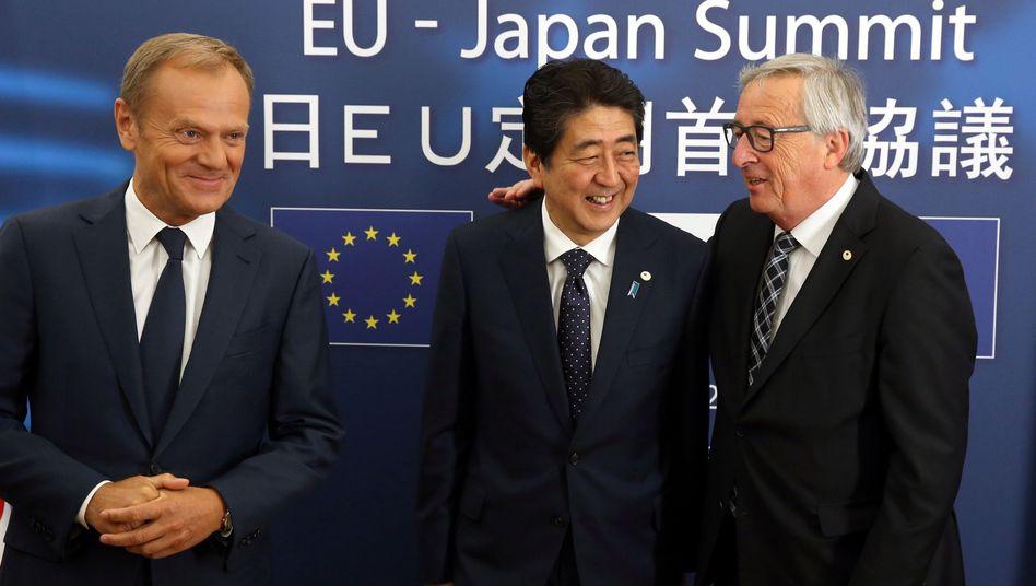 EU-Ratspräsident Donald Tusk, Japans Premierminister Shinzo Abe und EU-Kommissionspräsident Jean-Claude Juncker