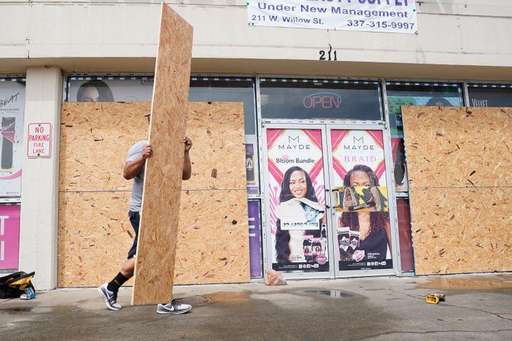 Geschäftsinhaber in Louisiana verrammelten ihre Schaufenster mit Brettern
