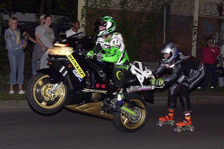 Inline-Akrobat: Der Inline-Speedskater Dirk Auer - hier bei einer Weltrekordfahrt hinter einem Motorrad - setzte auch die Bestmarke auf der Nürburgring-Nordschleife