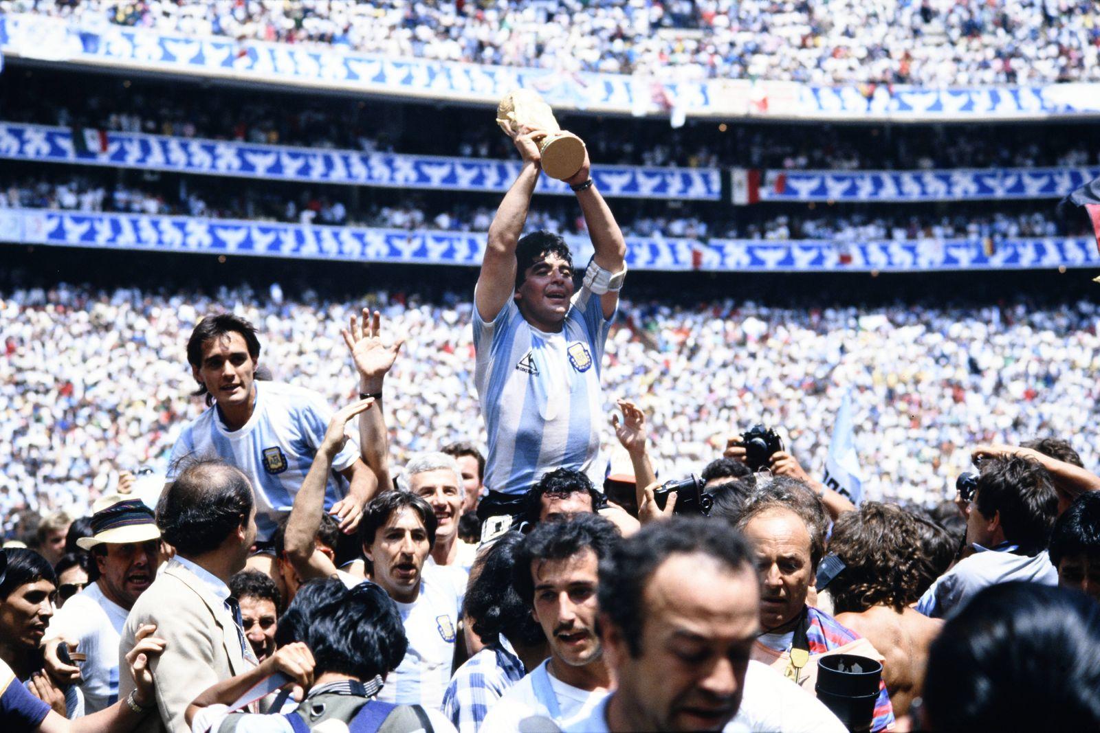 MARADONA Diego Kapitaen Team ARG mit WELTCUP Pokal bei der Siegerehrung mit Torschuetzen BURRUCHAGA Jorge Finale Argent
