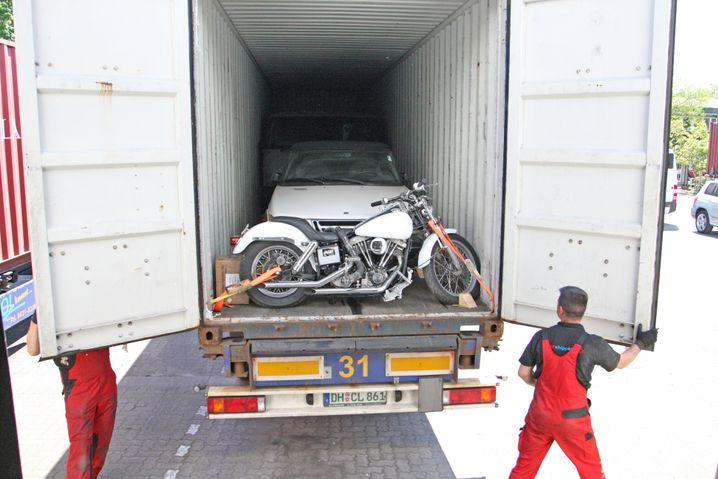 Mit einer Harley und einem Saab ist der Vixen im Container eingepfercht