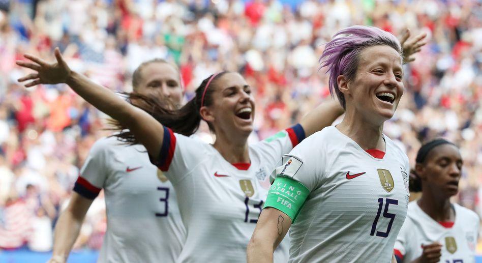 Megan Rapinoe (r.) erzielte den Führungstreffer für die USA