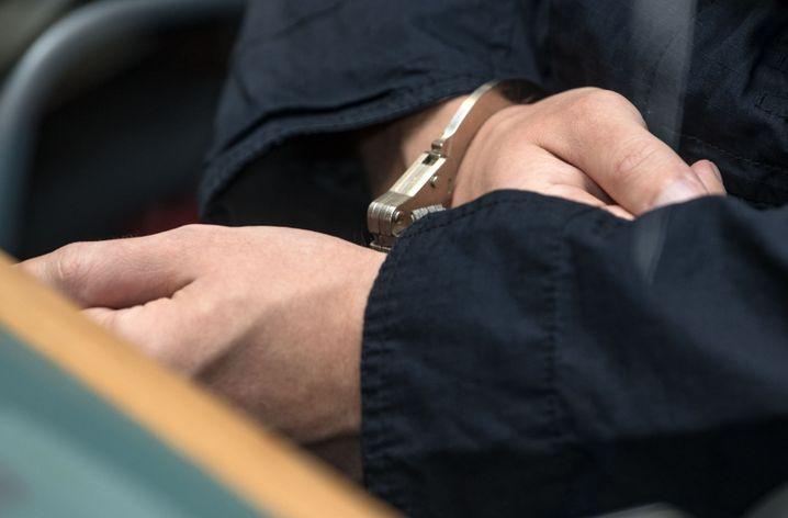 Der Angeklagte im Gerichtssaal in Magdeburg (Juli 2020)