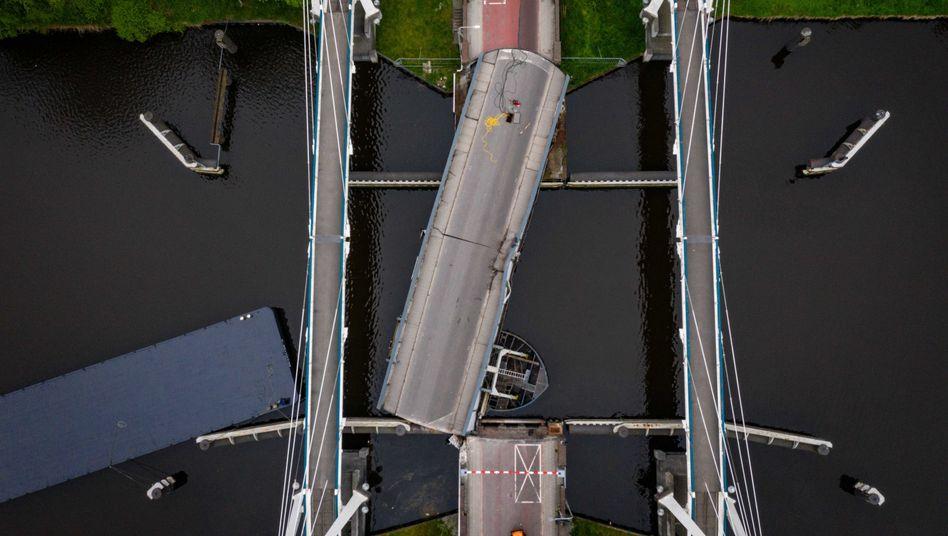Luftaufnahmen zeigen, wie stark die Gerrit-Krol-Brücke in Groningen durch den Tanker in Mitleidenschaft gezogen wurde