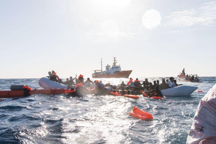 Flüchtlinge, die von Libyen aus nach Italien übersetzen wollten