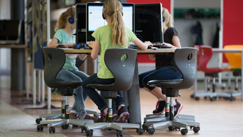 Schüler an Computer-Arbeitsplätzen in einer Grundschule in Niedersachsen (Archiv)