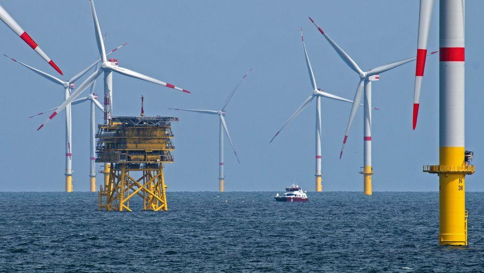 Windräder in der Nordsee vor der ostfriesischen Insel Spiekeroog