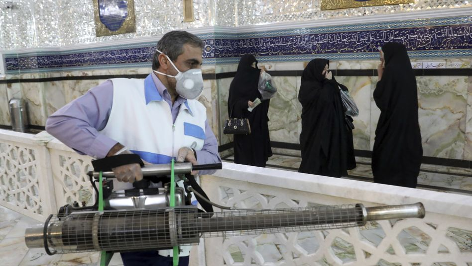 Maßnahme gegen die Ausbreitung des Coronavirus: Arbeiter desinfizieren einen Schrein in Teheran