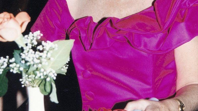 Witwe Kühling um 2010: Elegant frisiert, Cartier-Uhr mit Diamanten am Handgelenk