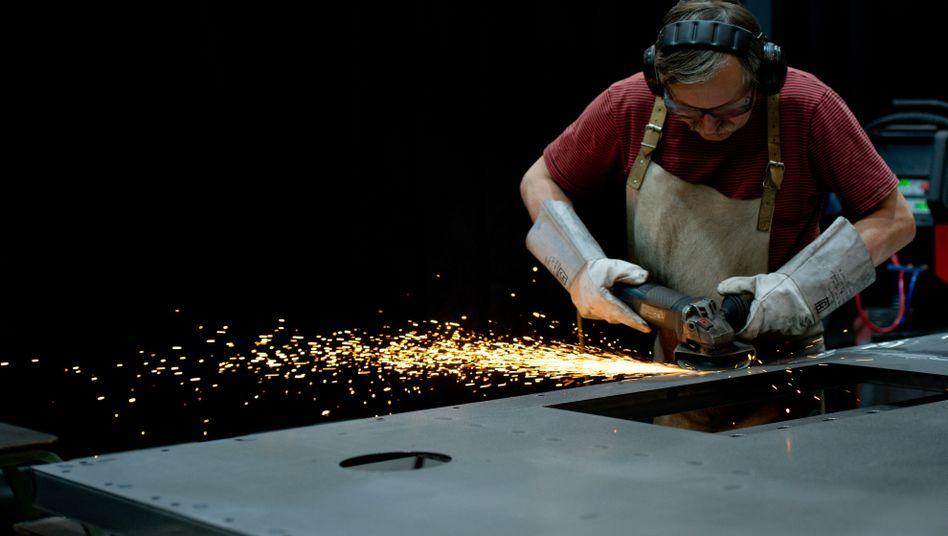 Metallarbeiter von ThyssenKrupp (Archiv): Aufträge aus Ländern außerhalb des Euroraums gehen zurück