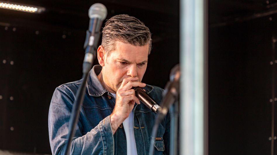 Kayvan Soufi-Siavash alias Ken Jebsen im Mai 2020 bei einem Auftritt in Stuttgart
