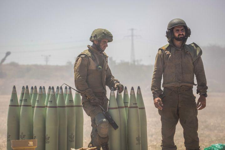 Israelische Soldaten bereiten an der Grenze zu Gaza Artilleriegrananten vor