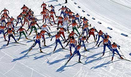 Fischgräten auf blitzblankem Schnee: Der Massenstart des 15-Kilometer-Langlaufs der Damen