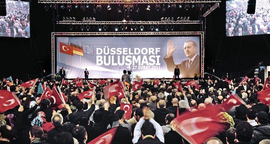 Premier Erdogan 2011 in Düsseldorf(*): »Ihr seid meine Staatsbürger, ihr seid meine Freunde, ihr seid meine Geschwister«