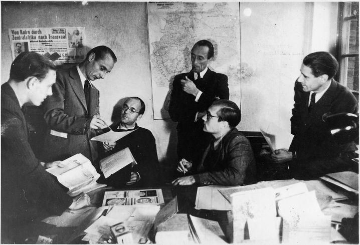 SPIEGEL-Redakteure, -Herausgeber Augstein (2. v. r.) 1947: Glaube an die deutsche Nation