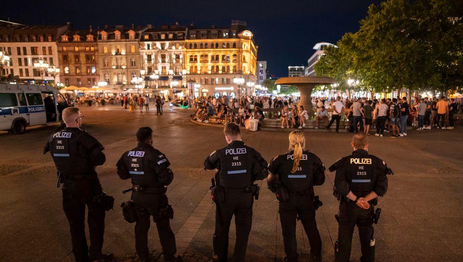 Nach Ausschreitungen in der Frankfurter Innenstadt sperrt die Polizei nachts am Wochenende den Opernplatz
