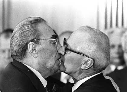 Wahre, sozialistische Liebe: Erich Honnecker (rechts) beim innigen Bruderküschen mit Leonid Breschnew