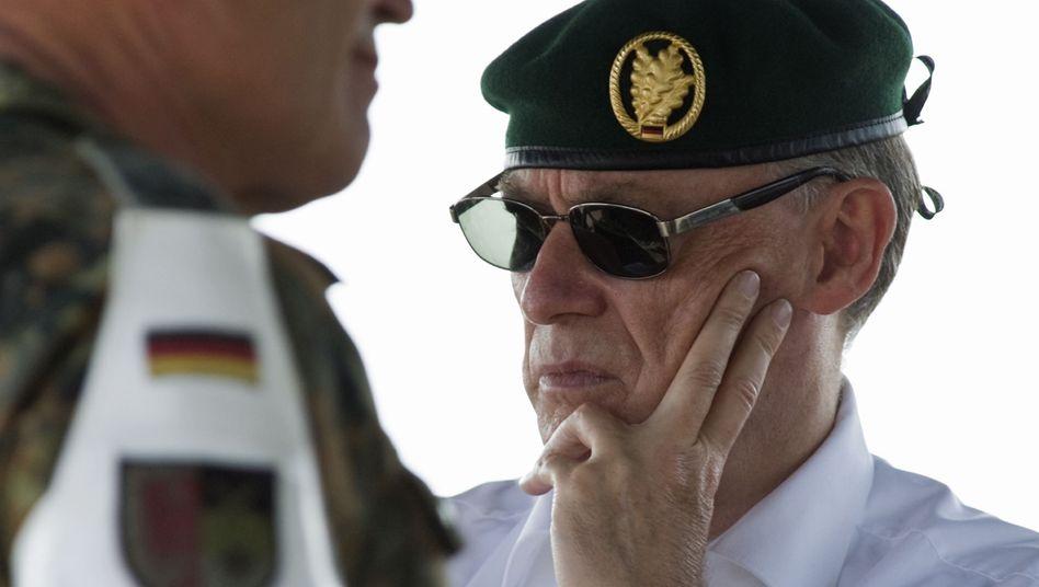Köhler beim Truppenbesuch (Archivbild): Der Bundespräsident rückt von seinen Äußerungen ab