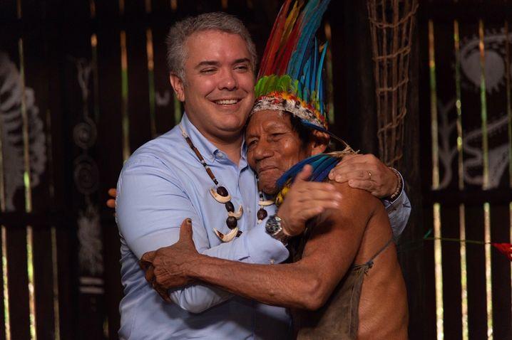 Kolumbiens Präsident Duque umarmt einen indigenen Mann am Rande des Treffens mit Staats- und Regierungschef der Länder in der Region