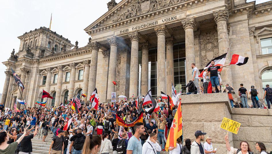 Unter anderem sind Rechtsextremisten und sogenannte Reichsbürger vor dem Reichstag zu sehen