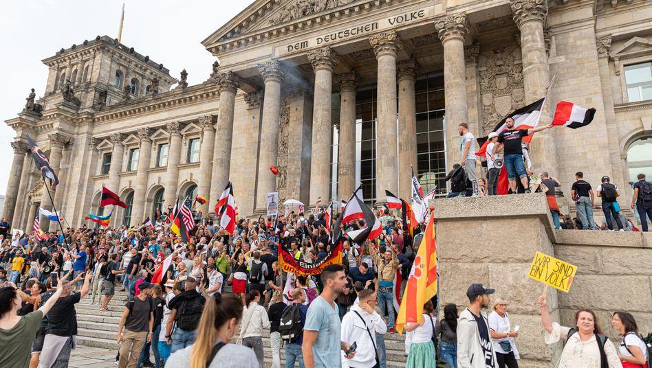 Berlin im August: Teilnehmende einer Kundgebung gegen die Corona-Maßnahmen stehen auf den Stufen zum Reichstagsgebäude