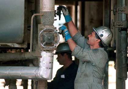 Ölarbeiter in Teheran: Schlag gegen die Dollar-Weltmacht?