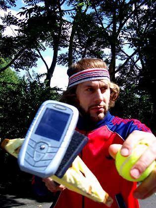 Handy auf Schläger: Duell der Tennisspieler