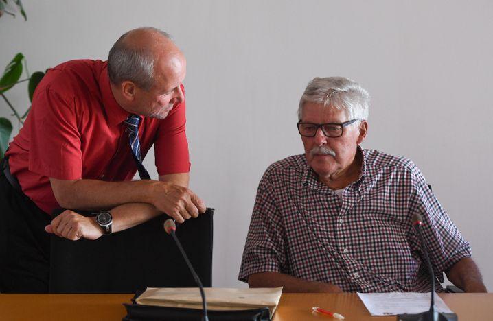 Bürgermeister Mahro (l., hier 2016 im Gespräch mit dem SPD-Abgeordneten Axel Scherler)