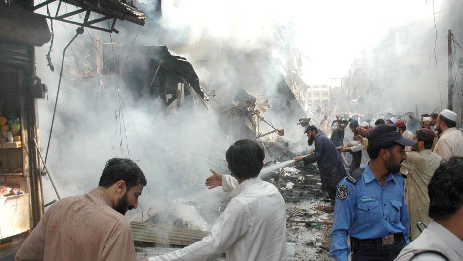 Anschlagsort in Peschawar: Autobombe tötete Dutzende Menschen