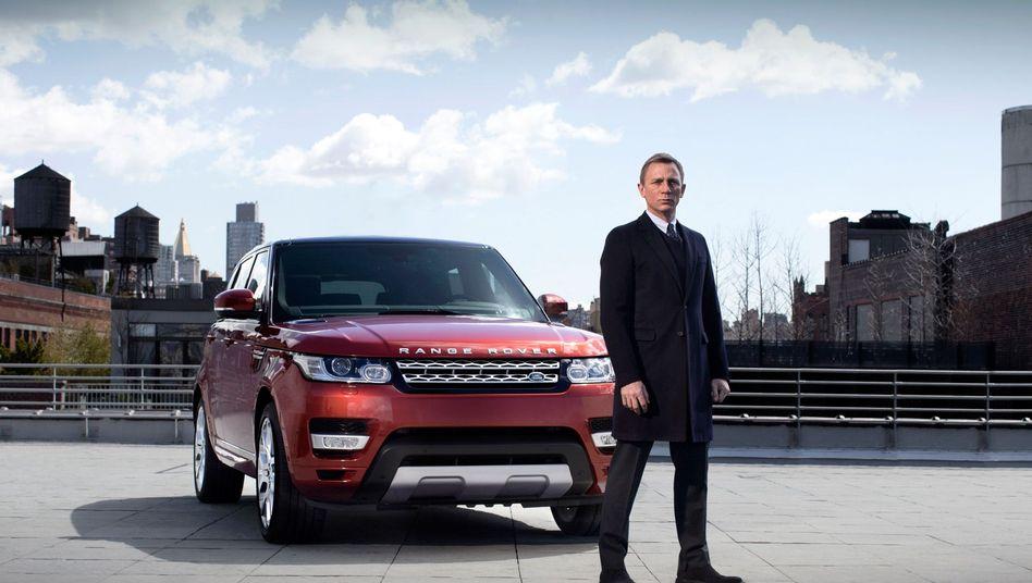 Bond-Wagen: Daniel Craig alias 007 vor einem Range Rover Sport