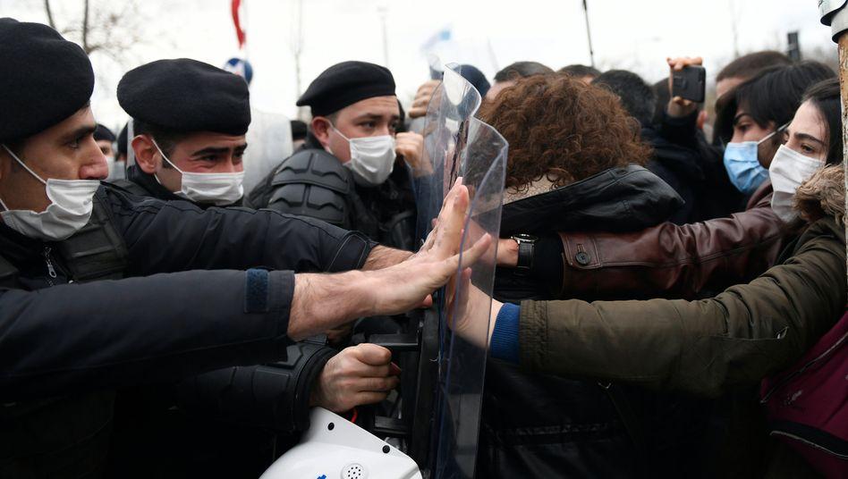 Polizisten und Studenten stoßen bei Protesten in Istanbul aufeinander: Seit etwa einem Monat kommt es zu Protesten gegen den von Erdoğan eingesetzten Rektor der Bosporus-Universität