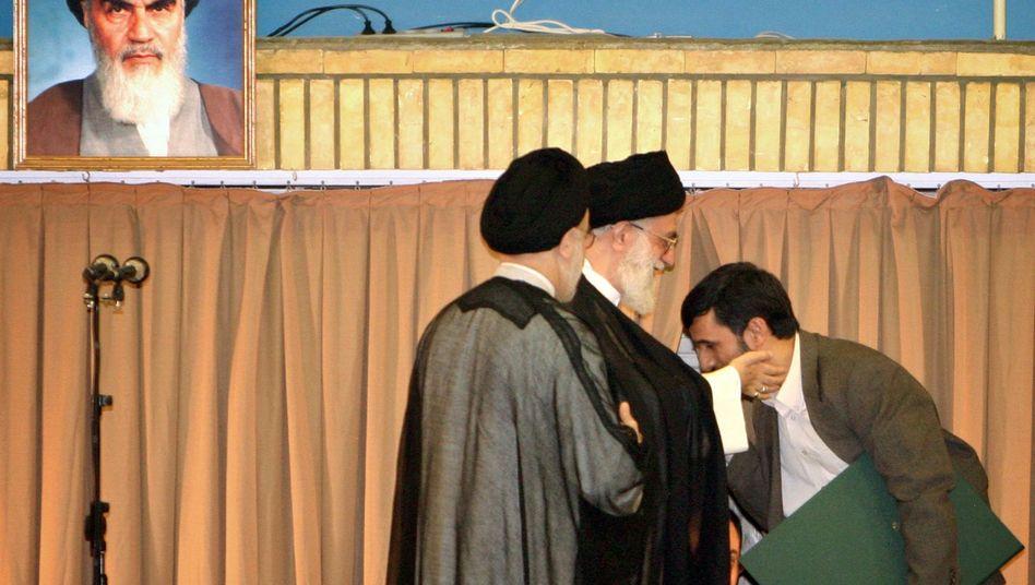 Ajatollah Ali Khamenei (M.), Mahmud Ahmadinedschad (r.)