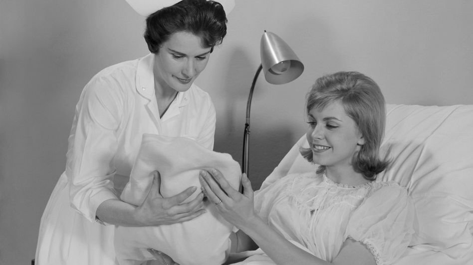Mutter, Kind und Hebamme in den sechziger Jahren: Dauer der Geburt hat sich verändert