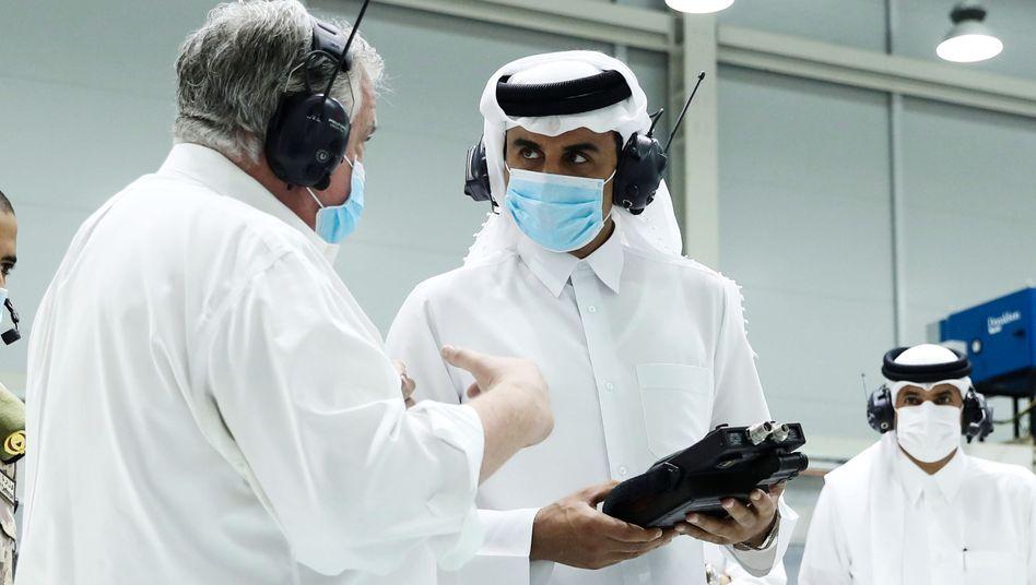 Emir Tamim Bin Hamad Al-Thani besucht einen Hersteller von Beatmungsgeräten