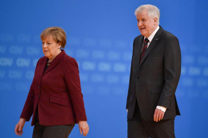 Merkel und Seehofer: Ein paar Minuten neben der Kanzlerin, dann ein leises Servus
