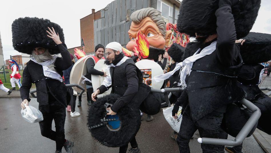 Antisemitismus als Witz? Als orthodox-jüdische Insekten verkleidete Flamen beim Aalster Straßenkarneval