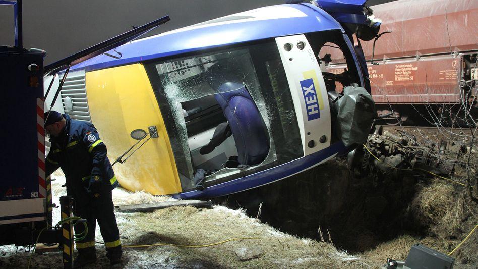 Bahnunglück bei Magdeburg: Der aus den Schienen gestürzte Nahverkehrszuzg
