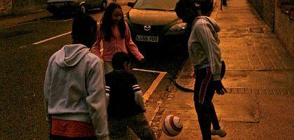 Kinder spielen Fußball auf der Straße (hier in London): Mit Wanzen abgehört, weil ein Anwohner sich beschwerte