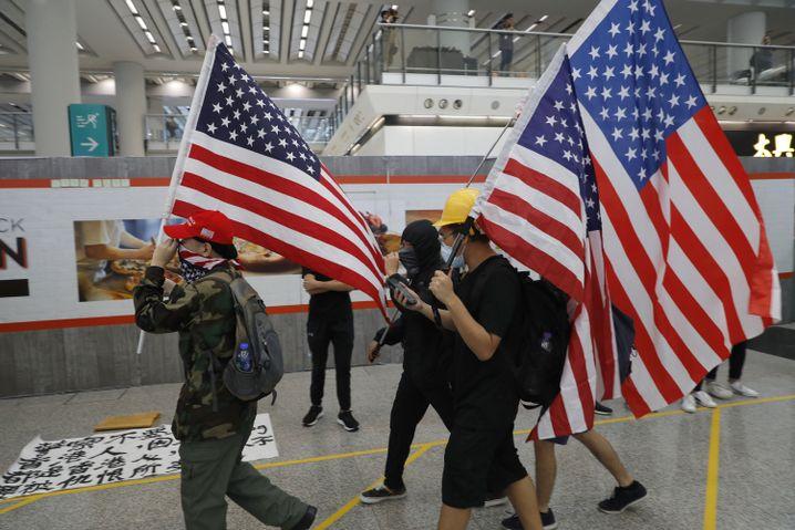 Demonstranten tragen US-Flaggen auf dem Flughafen in Hongkong (9. August): Widersprüchliches Verhältnis