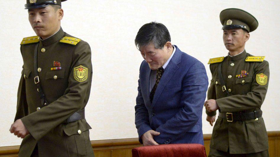 Gefangener Kim Dong Chul (Mitte) in Pjöngjang